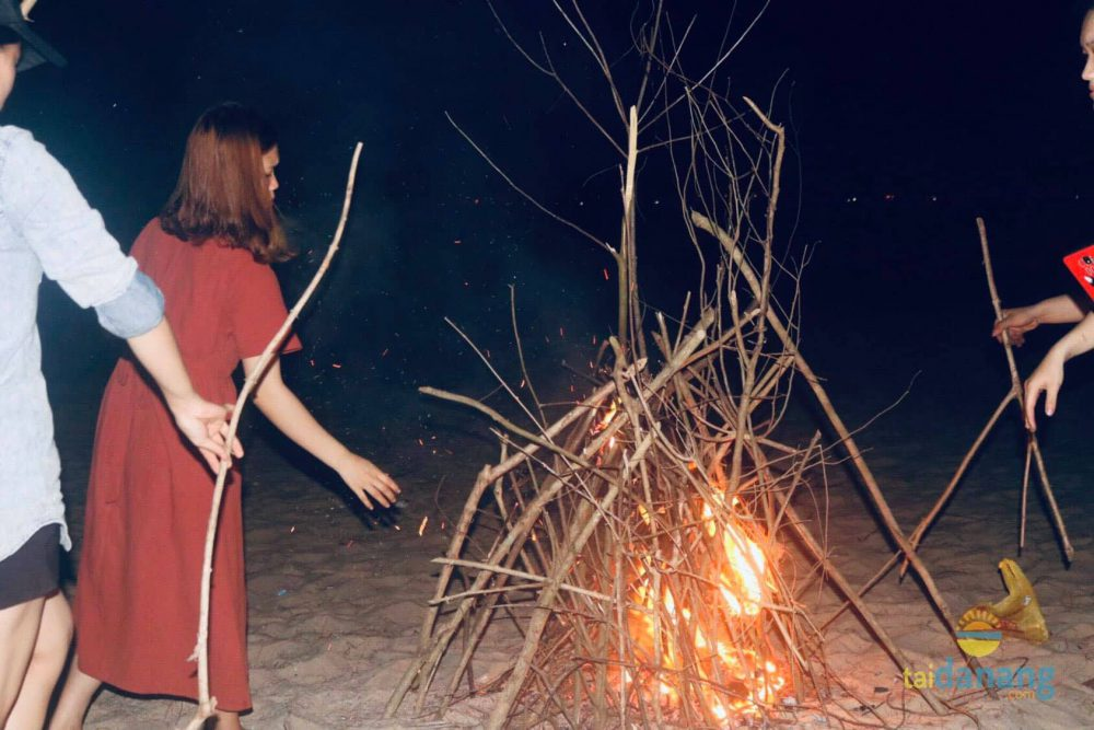 Hòa mình cùng ngọn lửa hồng bập bùng trong đêm