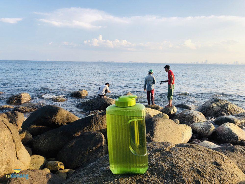 Nước uống mang theo uống khi câu cá tại bãi Rạng